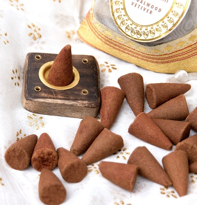 オーガンジーの袋入りコーンお香セット - サンダルウッド 4 - 木のお香たてとお香をアップにしました