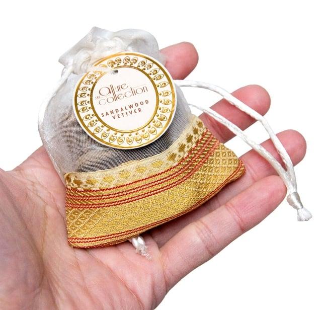 オーガンジーの袋入りコーンお香セット - サンダルウッド 5 - サイズ比較のために手に持ってみました