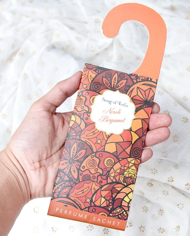 Song of India - サシェ(香り袋) - アイボリームスク 6 - サイズ比較のため手にとってみました。(写真は類似商品です)