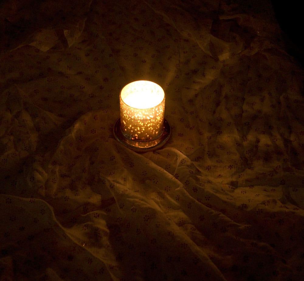 銀色のガラスボウル・キャンドル - ラベンダー 8 - 火を灯した所をちょっと遠景から撮影しました