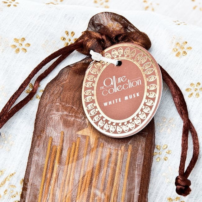スティック香&お香立てセット[Allure Collection] - ホワイトムスク 2 - おしゃれなデザインで新しいインドの香りの世界を創造する、Song of India製。「Allure Collection」のロゴが光ります。