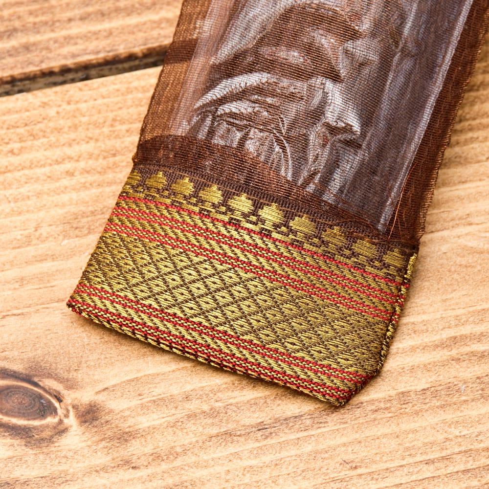 スティック香&お香立てセット[Allure Collection] - ホワイトムスク 3 - インド模様のチロリアンテープの装飾がおしゃれな可愛いパッケージです。