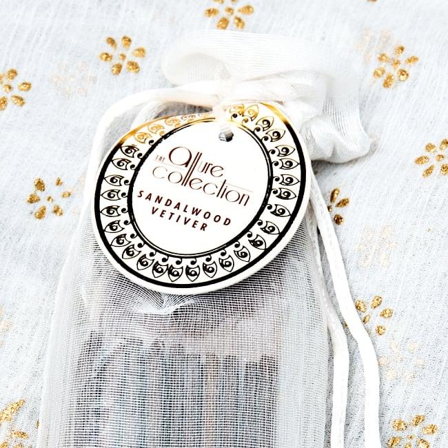 スティック香&お香立てセット[Allure Collection] - サンダルウッド 2 - おしゃれなデザインで新しいインドの香りの世界を創造する、Song of India製。「Allure Collection」のロゴが光ります。