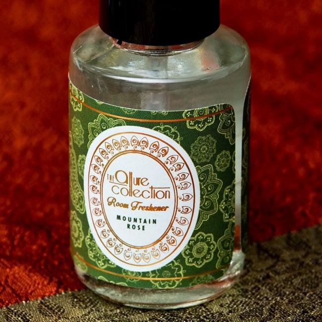 ルームフレッシュナー [Allure Collection] - マウンテンローズ 2 - おしゃれなデザインで新しいインドの香りの世界を創造する、Song of India製。「Allure Collection」のロゴが光ります。