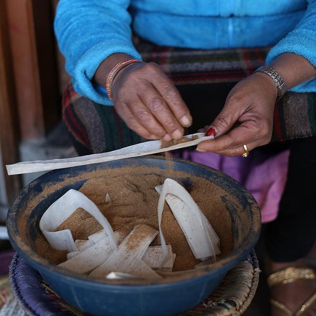 Natural Ayurvedic ロープ香 6 - 天然の香料を粉末にしたものを巻いて作ります