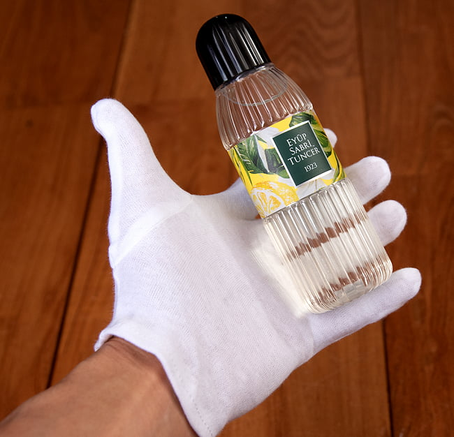 レモンの香りの消毒用アルコール - コロンヤ - KOLONYA KLASIK LIMON - 200ml 3 - サイズ比較のために手に持ってみました