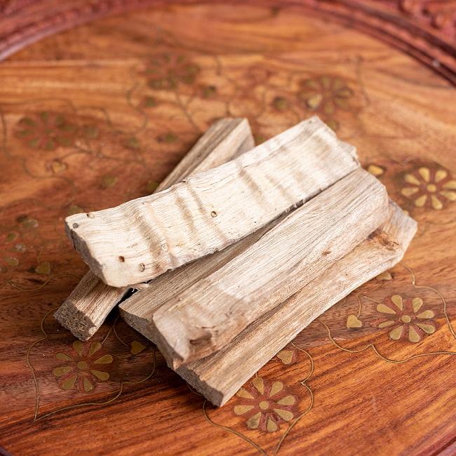 ヒンドゥー教の儀式で用いられる 樟脳の原木スティックタイプ Camphor(Kapoor) 香木 お香【約50g程度】 2 - 約50g程度入っているので、本数はバラバラですが、大体4〜5本前後くらいになります。