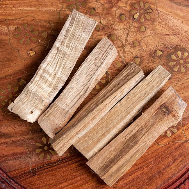 ヒンドゥー教の儀式で用いられる 樟脳の原木スティックタイプ Camphor(Kapoor) 香木 お香【約50g程度】 3 - 広げてみたところです。木のサイズには個体差があります。