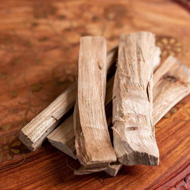 ヒンドゥー教の儀式で用いられる 樟脳の原木スティックタイプ Camphor(Kapoor) 香木 お香【約50g程度】 5 - 別の角度からの写真です
