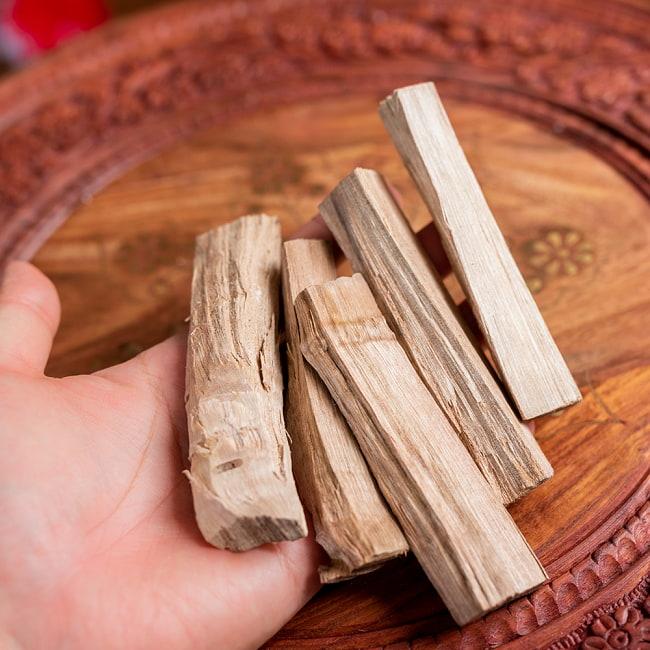 ヒンドゥー教の儀式で用いられる 樟脳の原木スティックタイプ Camphor(Kapoor) 香木 お香【約50g程度】 6 - このくらいのサイズ感になります
