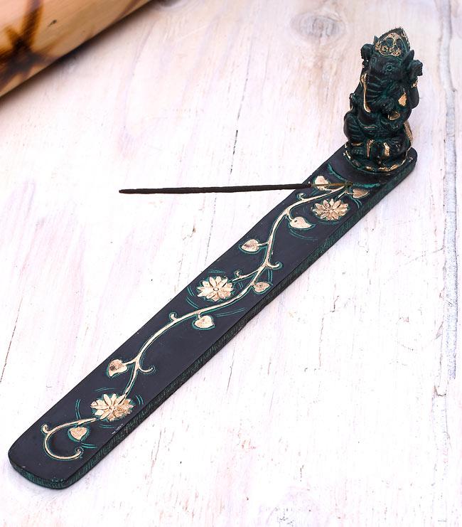 金塗りアンティック風ガネーシャ香立て 4 - お香をセットするとこのような形になります。飾り部分の足元にお香をセットする穴があいています。
