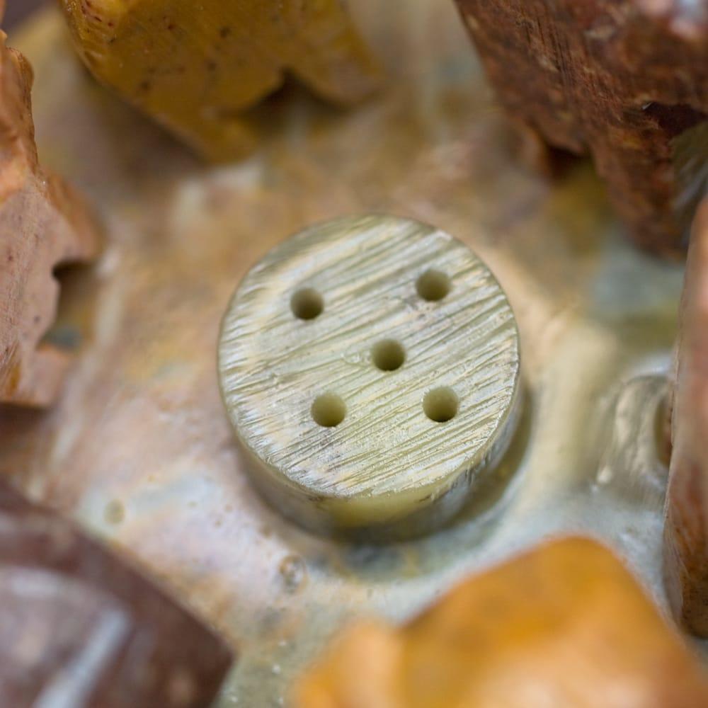 ソープストーンの立体ゾウさんお香立て 2 - 中央部分の拡大です。この穴にお香を差し込みます。