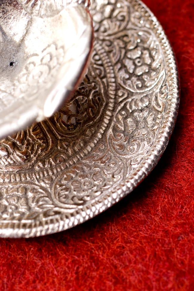 ガネーシャとラクシュミーのホワイトメタル両手皿【中】の写真4 - お皿部分の彫り物の様子を見てみました。