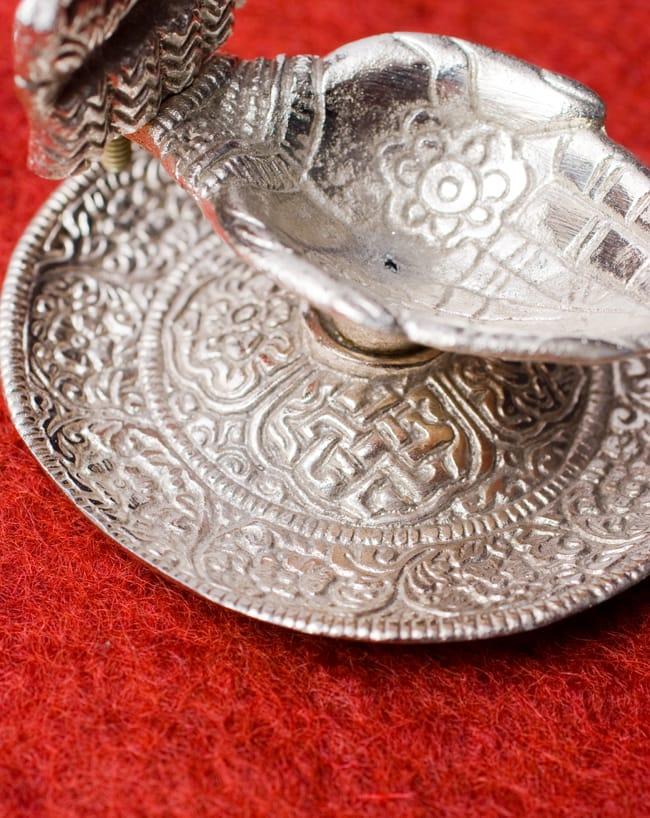 ガネーシャとラクシュミーのホワイトメタル両手皿【中】 5 - 細かな装飾が美しいです。