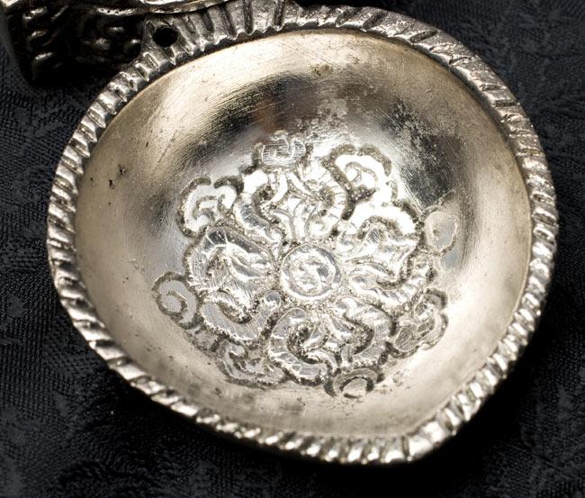 壁掛け香立て【ガネーシャ】 3 - お皿の部分にも綺麗な模様が入っています。付け根の部分には、スティック型のものもさせるような穴があいています。