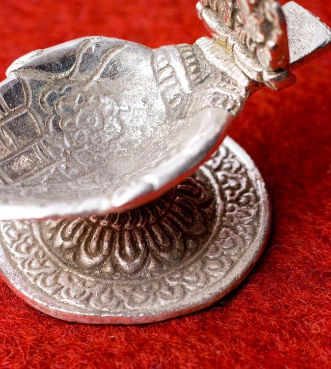 ガネーシャとラクシュミーのホワイトメタル両手皿【小】 4 - お皿部分の彫り物の様子を見てみました。