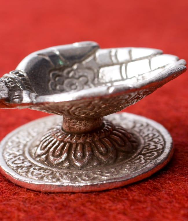 ガネーシャとラクシュミーのホワイトメタル両手皿【小】 5 - 細かな装飾が美しいです。