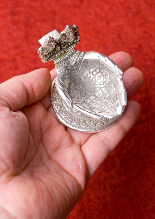ガネーシャとラクシュミーのホワイトメタル両手皿【小】 7 - 手に取るとこれくらいの大きさ。