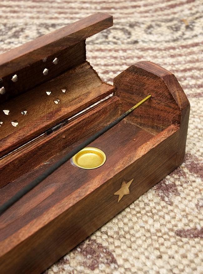 シーシャムウッド 山型お香立て - 陰陽 6 - お香をセットするときは側面の穴にさしこんでください。また金色の小皿にコーン型のお香をセットして楽しんで頂けるようになっています。