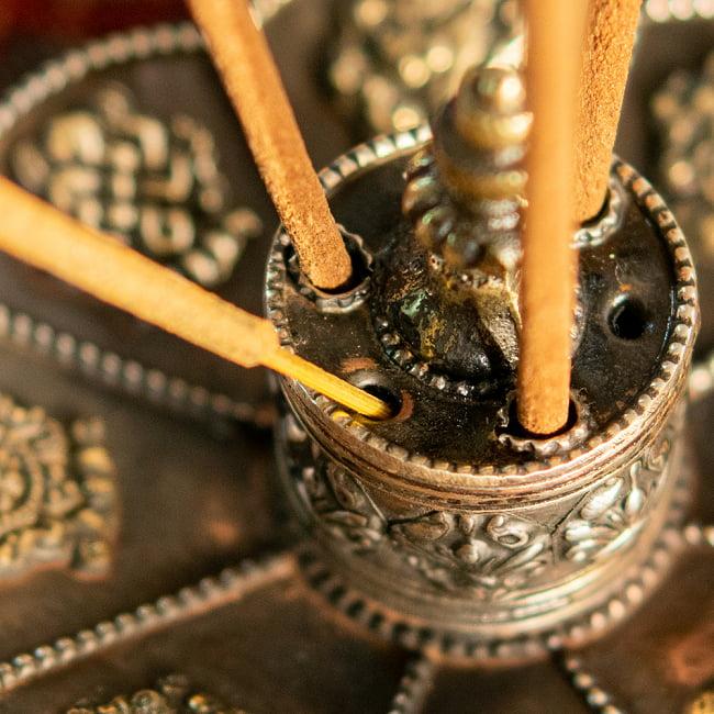幸運の八吉祥文様 チベット香用蓮型お香立て【約12cm×約8cm】 11 - 小さい穴はインド香用の穴です