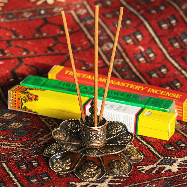チベット香用蓮型お香立て【約12cm×約9cm】の写真2 - 持ってみました。なお、今回お送りする商品には赤い粉はついておりません