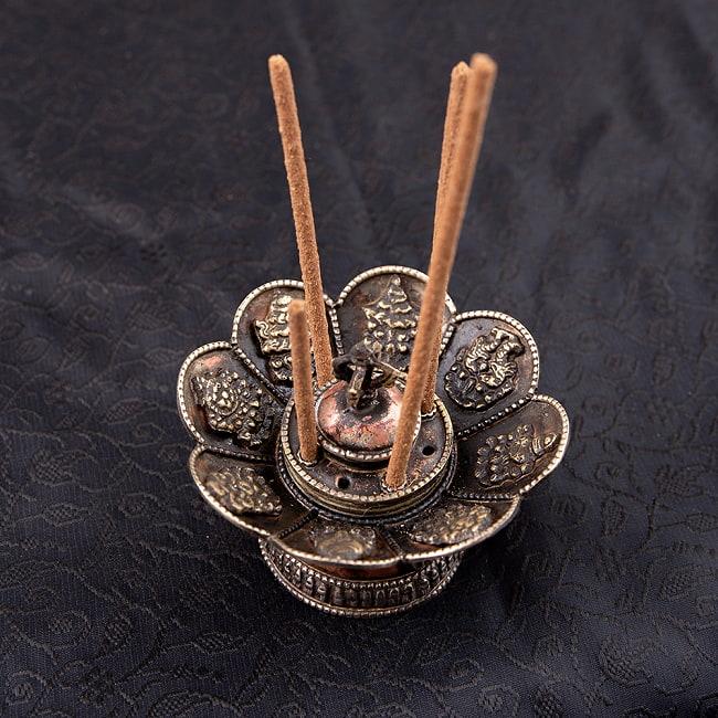 チベット香用蓮型お香立て【約10cm×約7cm】の写真3 - お香を差すとこのようになります。