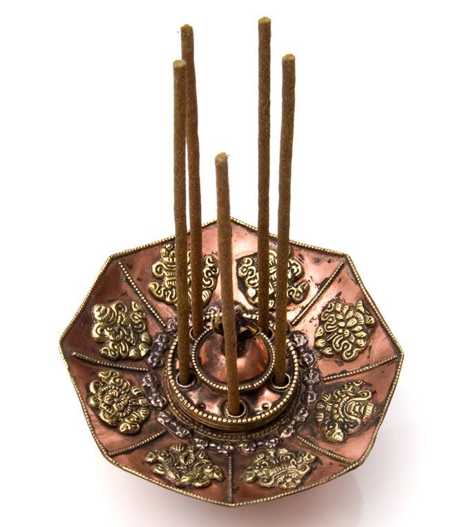 チベット香用蓮型お香立て【約13cm×約9cm】の写真3 - ネパール香を差すとこのようになります。