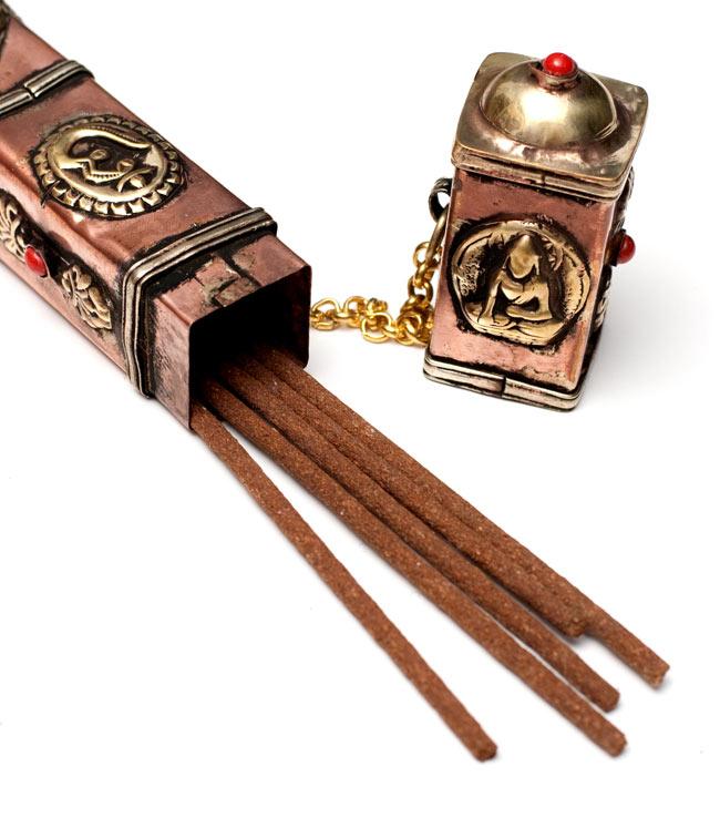 ネパールの箱型お香箱の写真5 - チベット香を入れるとこのようになります。