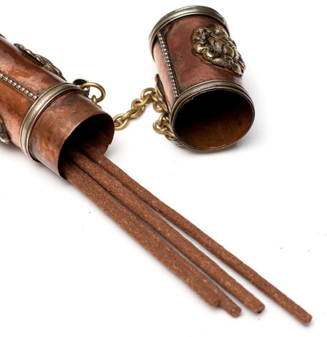 ネパールの円柱型お香箱 - 小の写真5 - ネパール香を入れるとこのようになります。