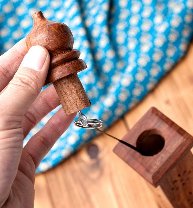 シーシャムウッド タワー型お香立て【縦38.5cm】の写真3 - ここにスティックタイプのお香を吊り下げて、お香を焚きます。