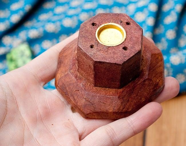 シーシャムウッド タワー型お香立て 【縦31cm】 3 - お香を立てる部分を持ってみました