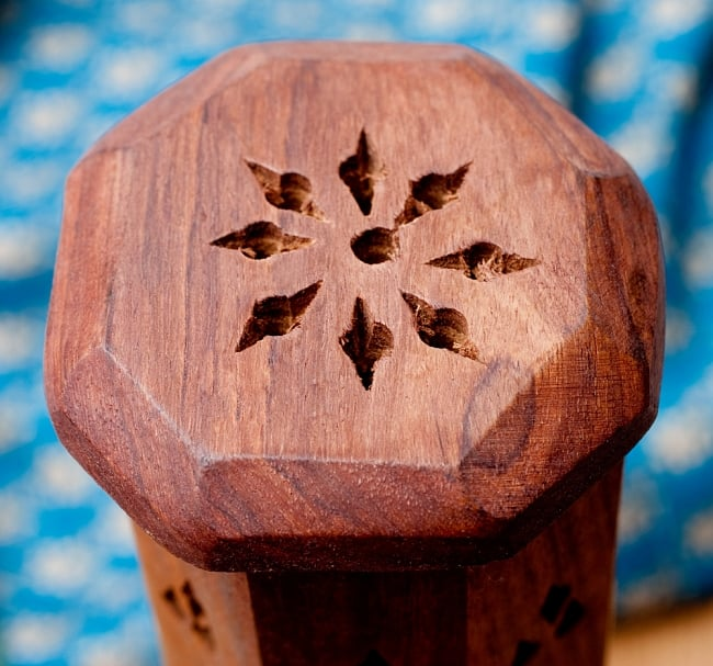 シーシャムウッド タワー型お香立て 【縦31cm】 6 - 上の穴からもかぐわしいお香の香りがふんわりと出てきます