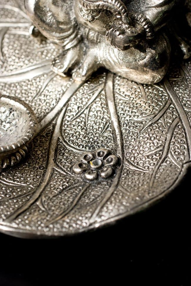 ホワイトメタルのガネーシャ香立ての写真7 - 花の部分にお香をセットする穴が設けられています。