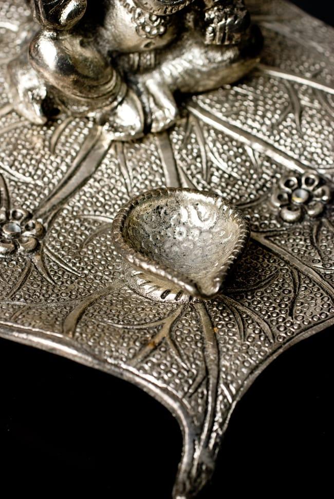 ホワイトメタルのガネーシャ香立ての写真8 - 中央部分にはコーン香やオイルランプ受けとして使えるくぼみがあります。