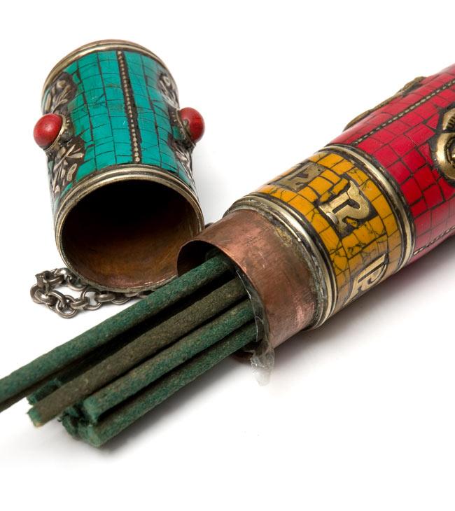 ネパールの円柱型お香箱 - [21cm x2.7cm]の写真6 - 中にお香を入れてみました。