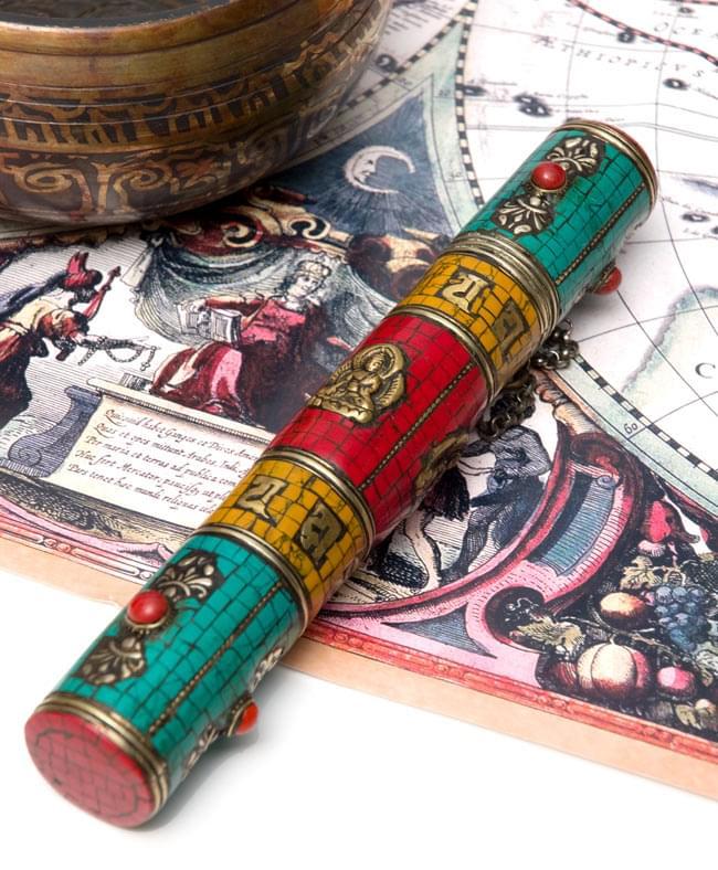 ネパールの円柱型お香箱 - [21cm x2.7cm]の写真
