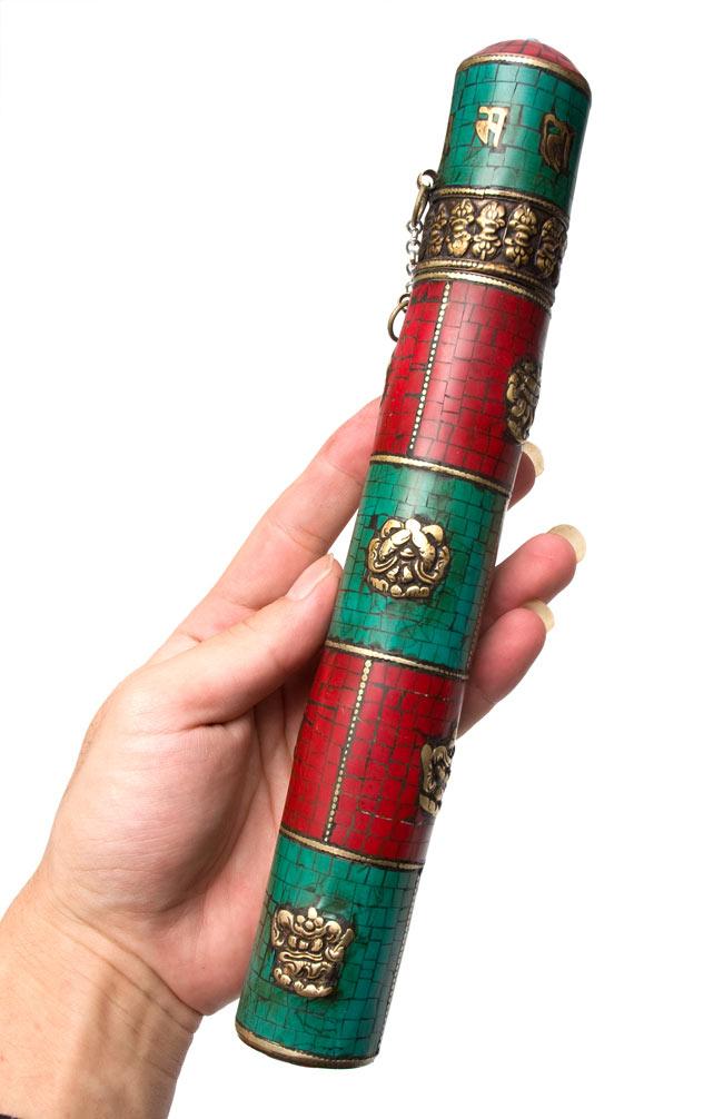 ネパールの円柱型お香箱 - [27.5cm x3.7cm]の写真6 - 大きを観じて頂く為、手の持ってみました
