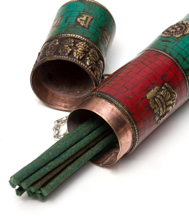 ネパールの円柱型お香箱 - [27.5cm x3.7cm]の写真7 - 中にお香を入れてみました。
