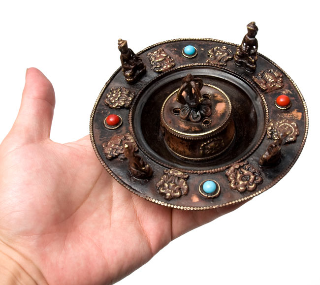 チベット香用アンティークお香立て[直径:約13.5cm]の写真8 - 大きさを観じて頂く為、手に載せてみました。
