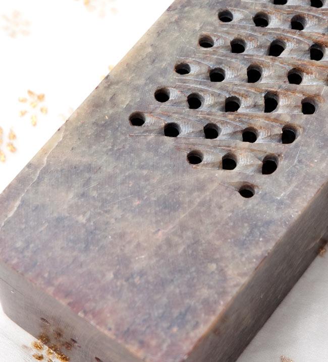 ソープストーン箱型香立て - 焦げ茶系 4 - 上部拡大写真です。天然石を手作りで加工しているので、一点づつ表情が違って面白いです。