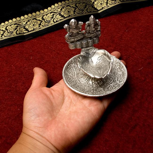 ラクシュミーとガネーシャのオイルランプ&お香立て 8 - 大きさがわかるように手にのせてみました。