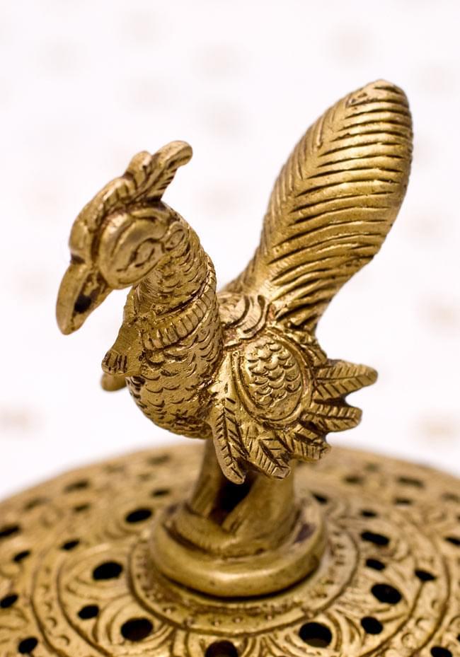 孔雀と亀の香炉の写真3 - 孔雀が装飾されています。
