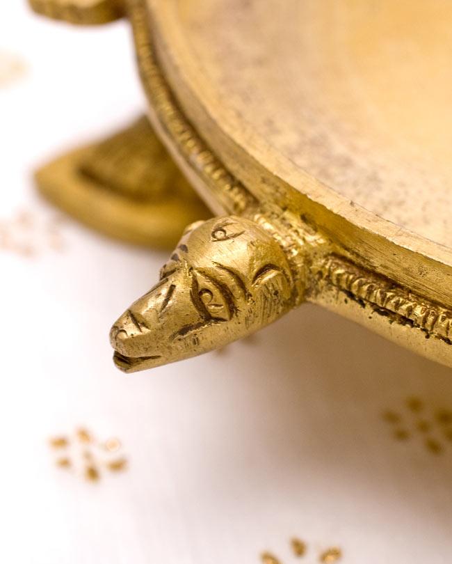孔雀と亀の香炉の写真5 - 亀が装飾されています。