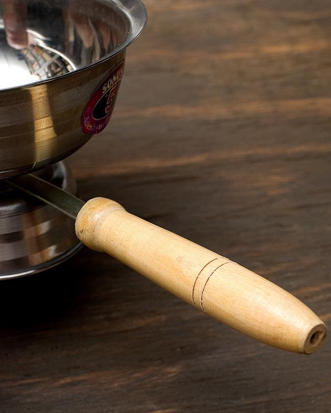 インドの取っ手付き香炉(12cm)の写真4 - 持ち手は木で出来ています。