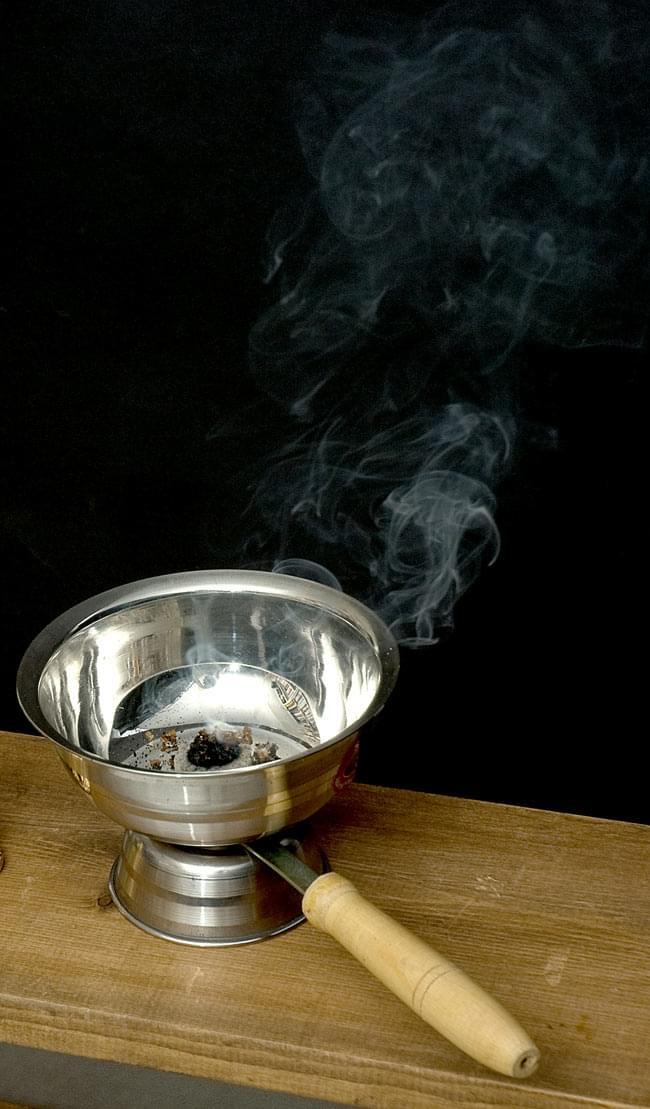 インドの取っ手付き香炉(12cm)の写真5 - 実際にお香を焚いてみるとこのようなイメージになります