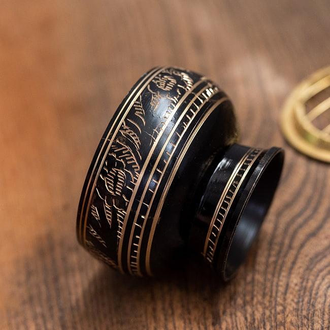 レジン香用お香たて - 金属製黒塗り&伝統模様 5 - サイズ比較のために手に持ってみました