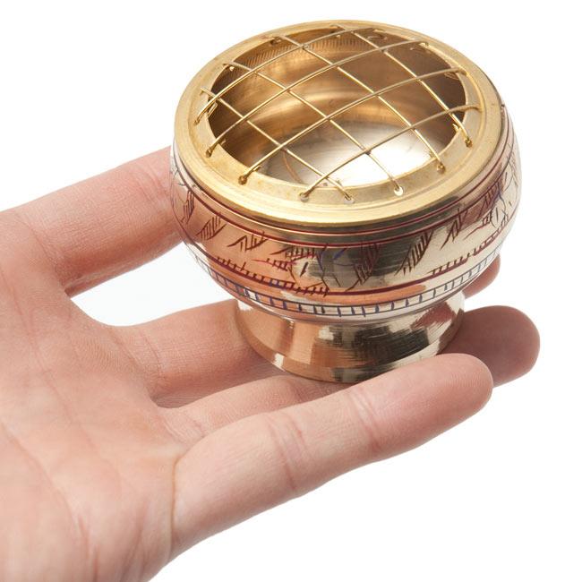 レジン香用お香たて - 金属製&伝統模様 5 - サイズ比較のために手に持ってみました