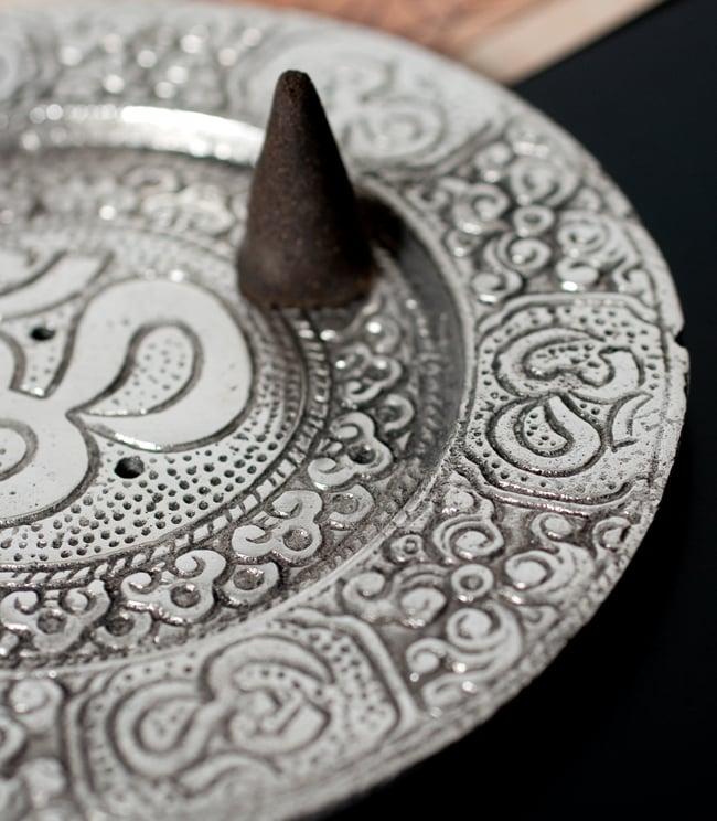 オーン柄 ホワイトメタルのお香立て[11.8cm] 4 - お皿部分も広いので、コーン香を置いたりもできます。
