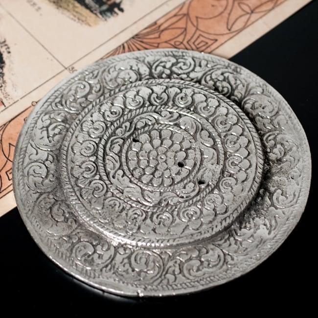 オーン柄 ホワイトメタルのお香立て[11.8cm] 5 - 裏面の写真です。こちらも装飾されております。