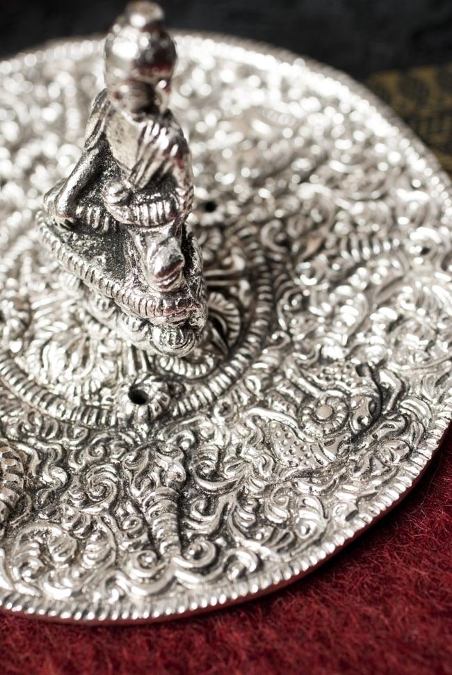 ホワイトメタルのお香立て ブッダ[11cm] 4 - 装飾部分を見てみました。細かく彫り込まれており、重厚な存在感があります。